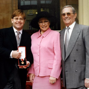 Elton 'in shock' over mum's death