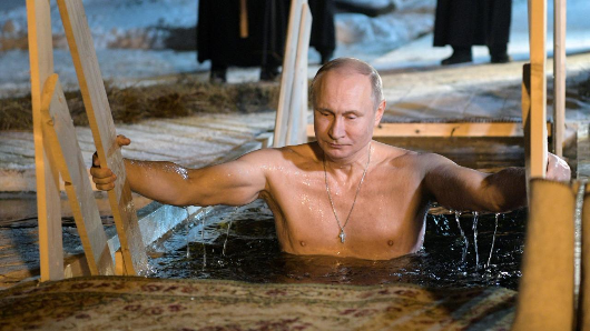 Putin takes dip in icy Russian lake