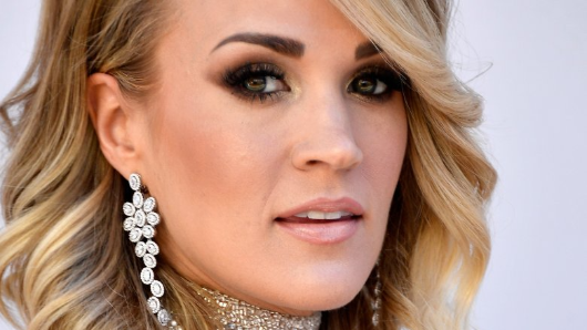 Carrie Underwood shows close look at wrist injury